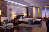Aménagement d'une chambre contemporaine avec stores bois et panneaux coulissants devant fenêtre
