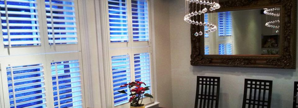 Pour une occultation ou pour tamiser la lumière, les stores et les shutters bois répondent à ces impératifs de confort