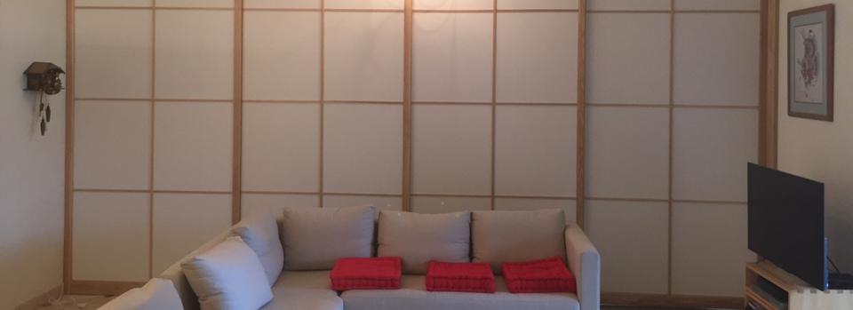 Panneaux décoratifs suspendus formant séparations entre deux pièces