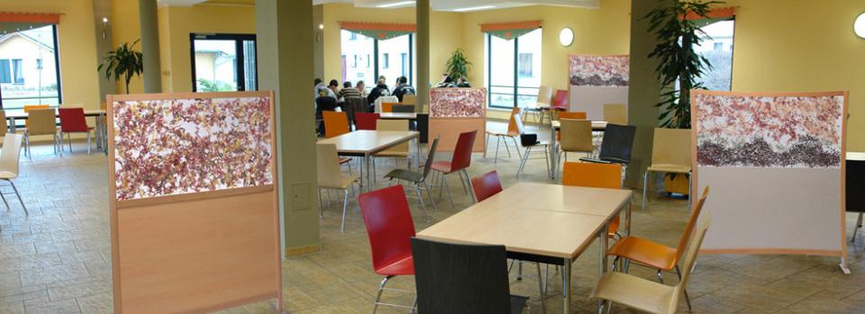 Cloisonnettes mi-hauteur dans salle d'activité et de restaurant, d'une maison de retraite, afin de réserver à chaque table un espace de convivialité et d'intimité